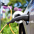 Elektroauto an einer Ladestation © iStock / Getty Images