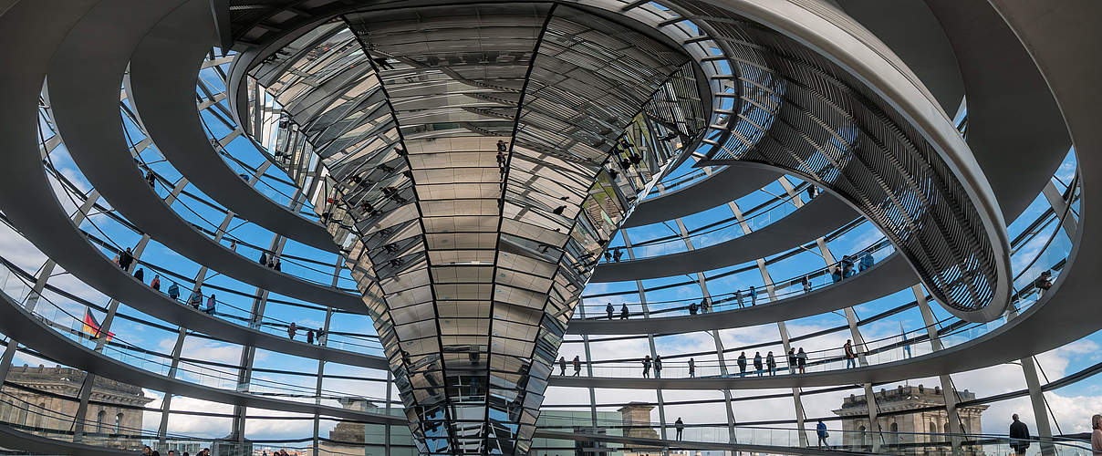 Reichstagskuppel in Berlin © iStock / Getty Images
