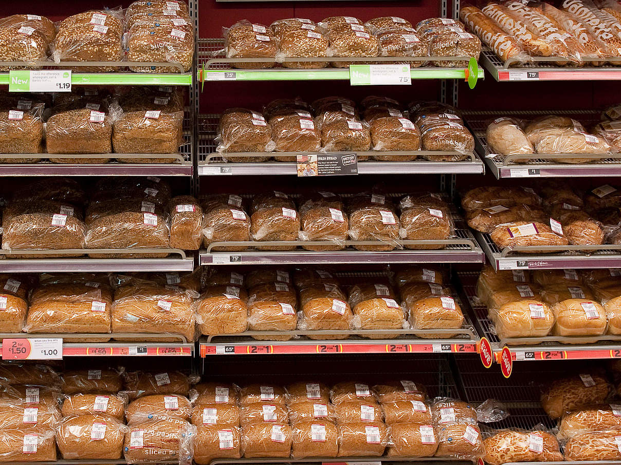 Brot im Supermarkt © Richard Stonehouse / WWF