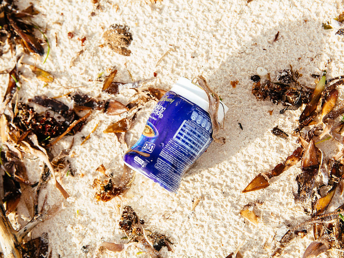 Plastikverpackung am-Strand © Greg Armfield / WWF