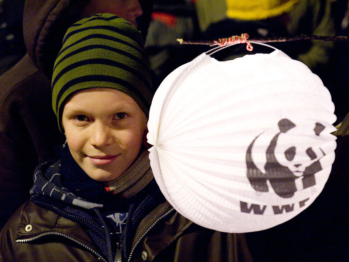 Kind mit WWF-Lampion © Richard Stonehouse / WWF